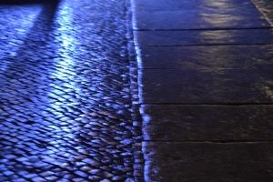 Blaue Strasse im Regen