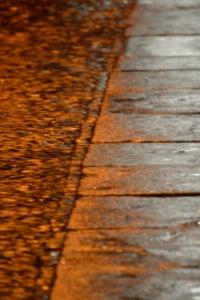 Orange Strasse im Regen